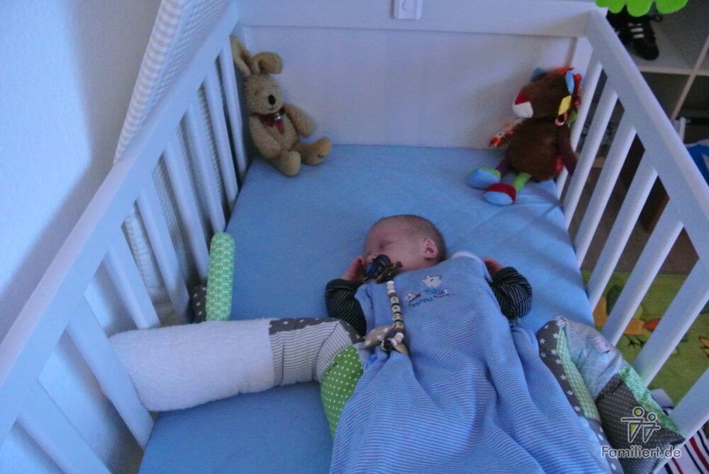Kind schläft im Bett| familiert.de