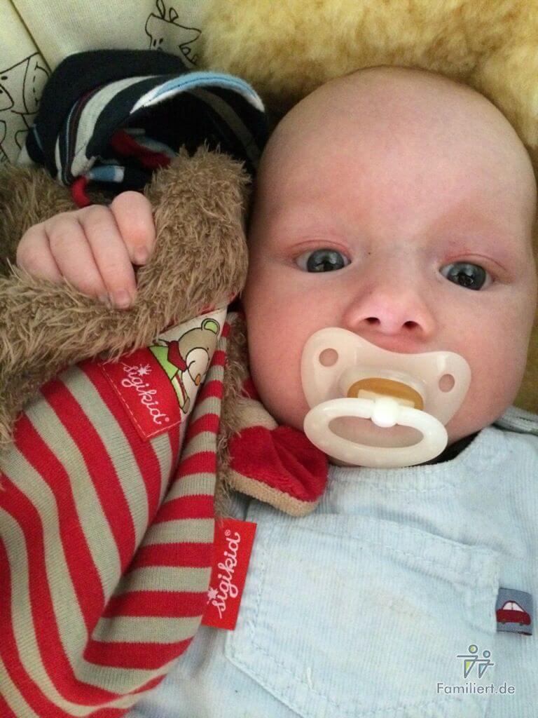Baby mit Schnuffeltuch und Schnuller | familiert.de
