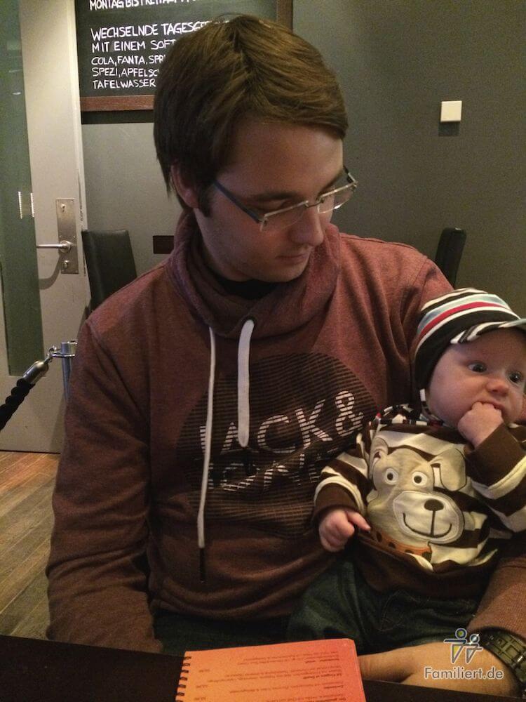 Papa und Sohn im Restaurant