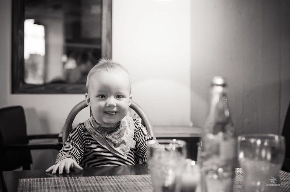 Kleinkind am Tisch | familiert.de