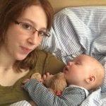 Mama mit Baby im Bett | familiert.de