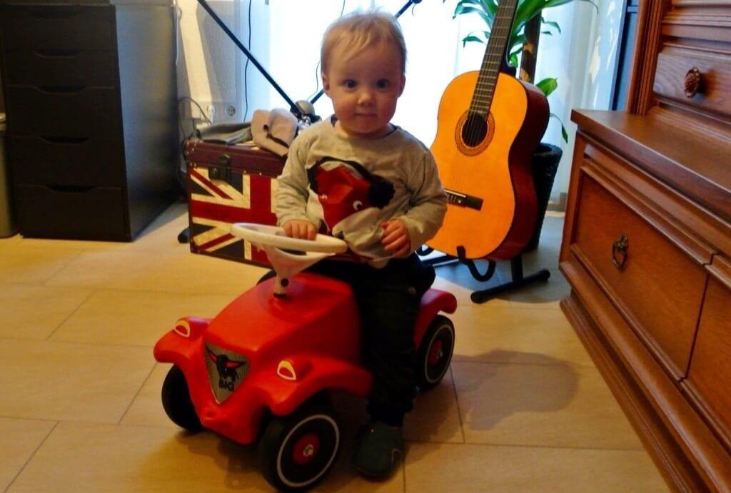 Kleinkind auf Bobby Car