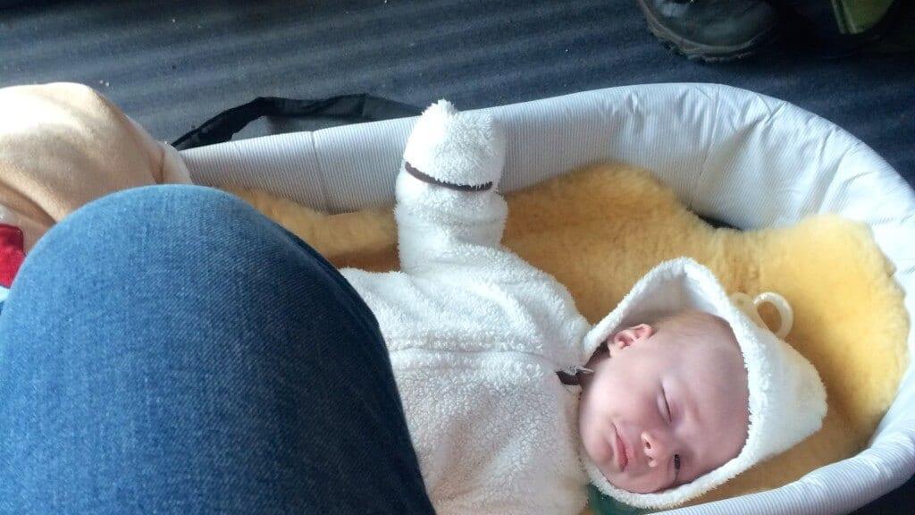 Baby in Babyschale auf dem Boden | familiert.de