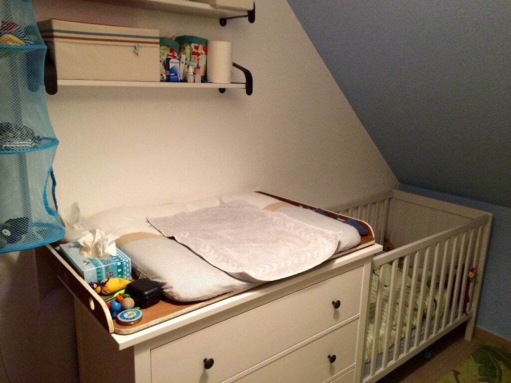 Kleinkindzimmer-Komode-Kinderbett