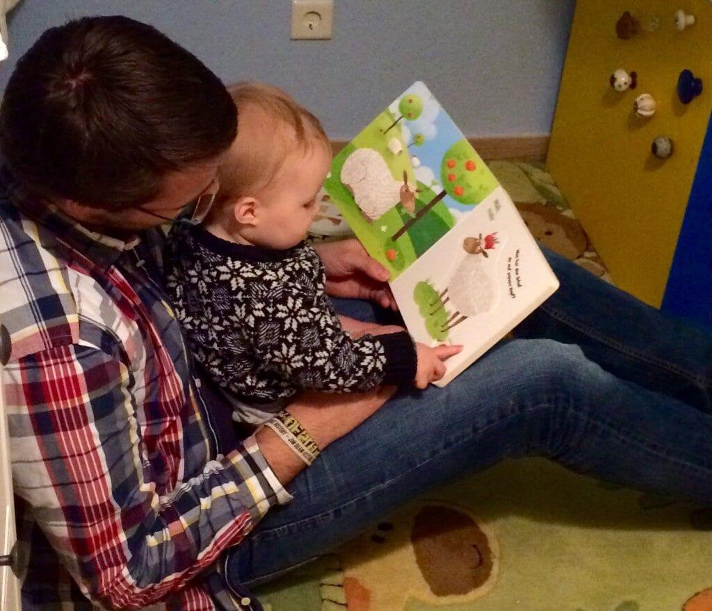 Papa und Kind lesen ein Buch | familiert.de