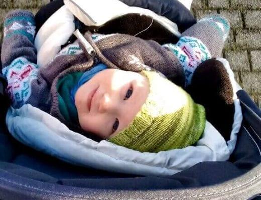 Kind im Kinderwagen Blick nach oben | familiert.de