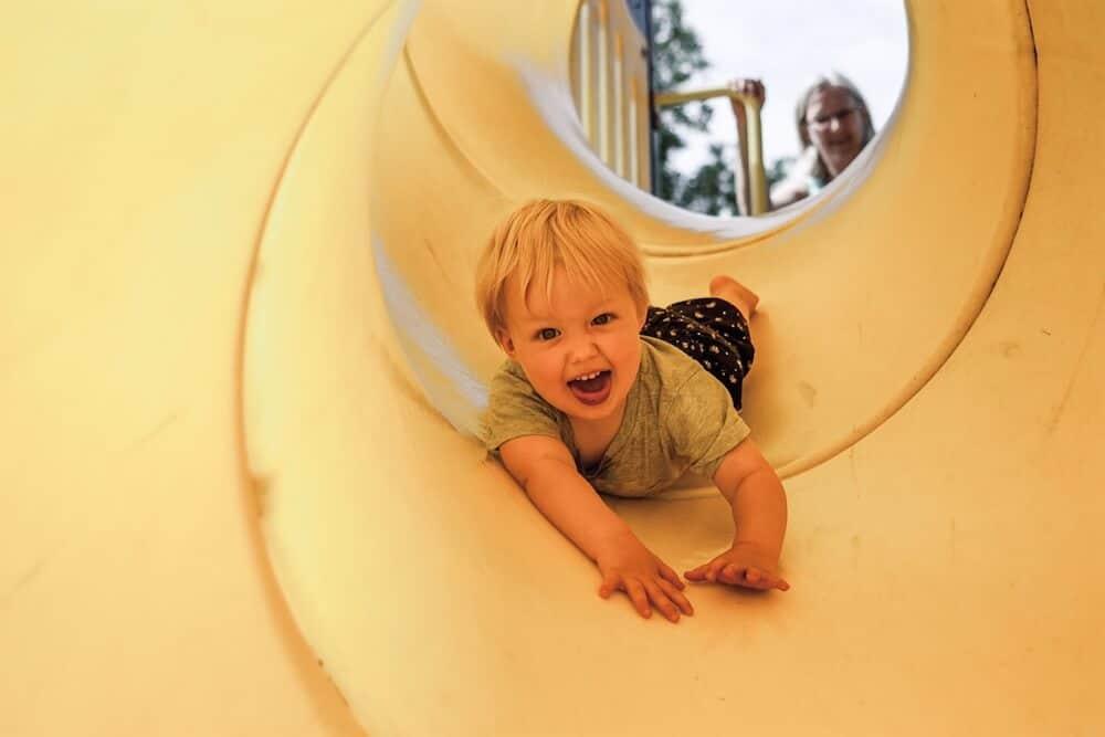Kind rutscht in der Rutsche | familiert.de