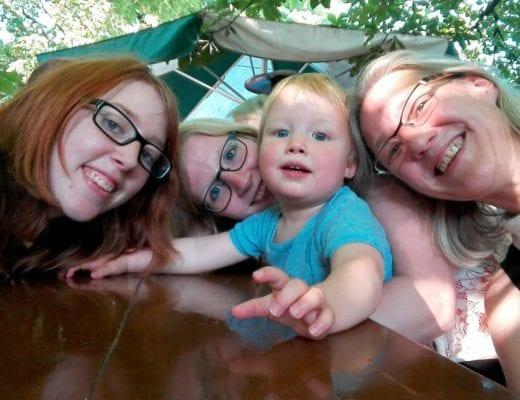 Familienfoto mit Schwester und Oma | familiert.de