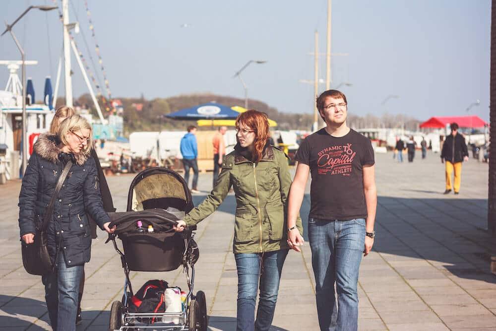 Familienbild Kinderwagen ziehen am Wasser | familiert.de