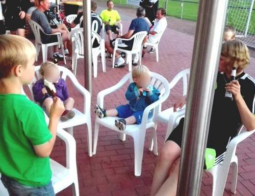 Kinder auf dem Sportplatz | familiert.de