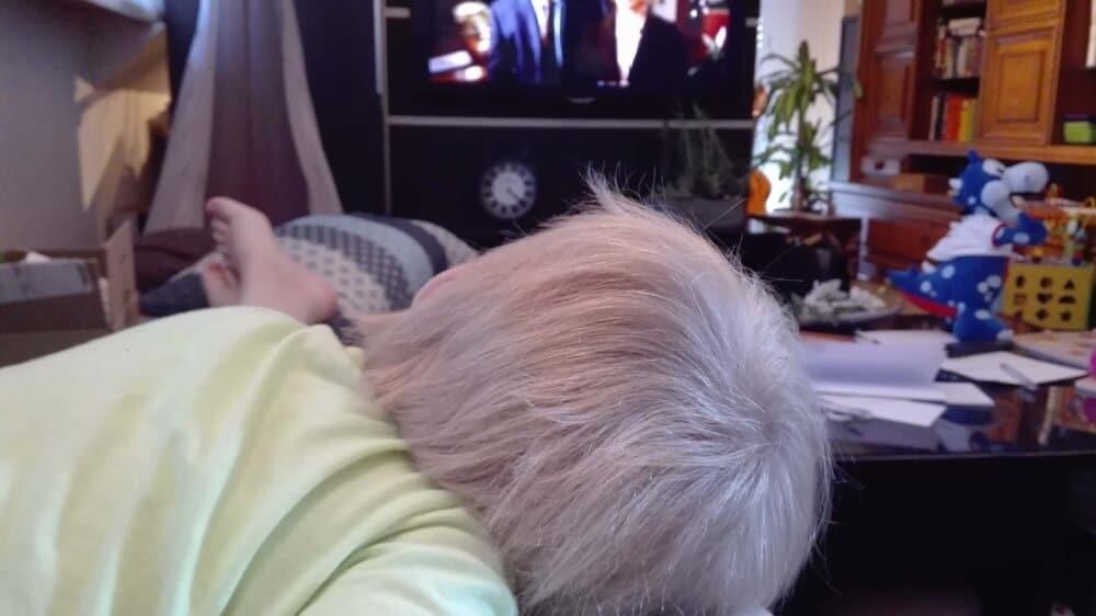 Kind schläft auf dem Bauch | familiert.de