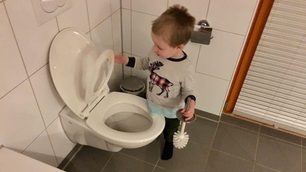 Kind bei der Toilette | familiert.de