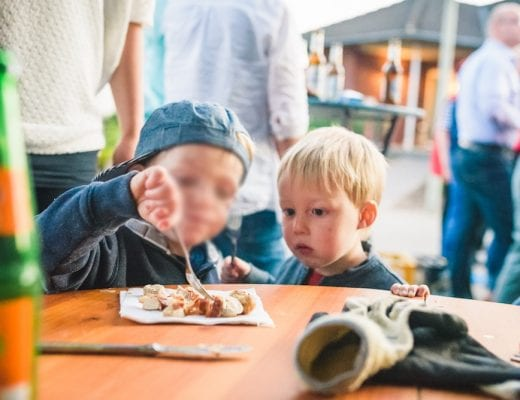 Kinder essen Bratwurst | familiert.de