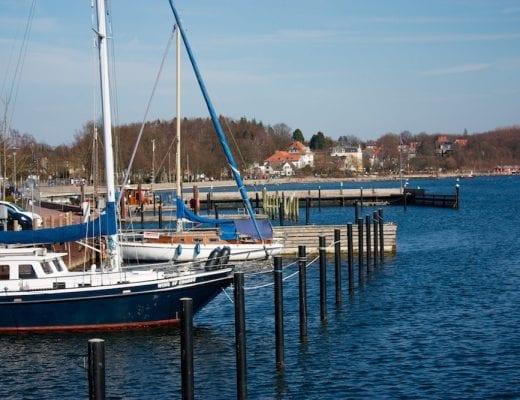 Segelboot in der Bucht | familiert.de