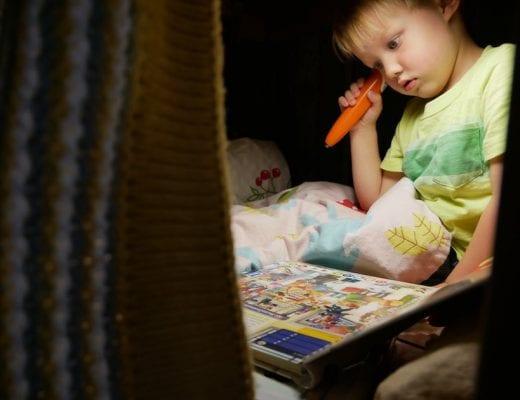 Kinderbuch lesen in einer Höhle | familiert.de