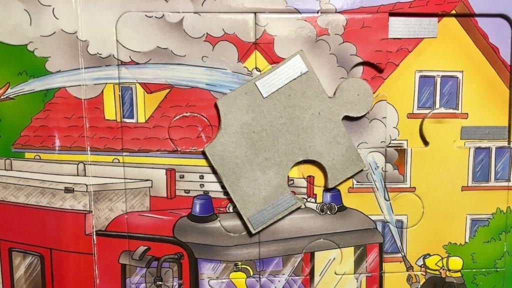 Puzzelbuch mit Hintergrund - Puzzleteile halten nicht Hack