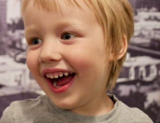 Lachendes deutsches Kind bei Timbuk2 in den USA