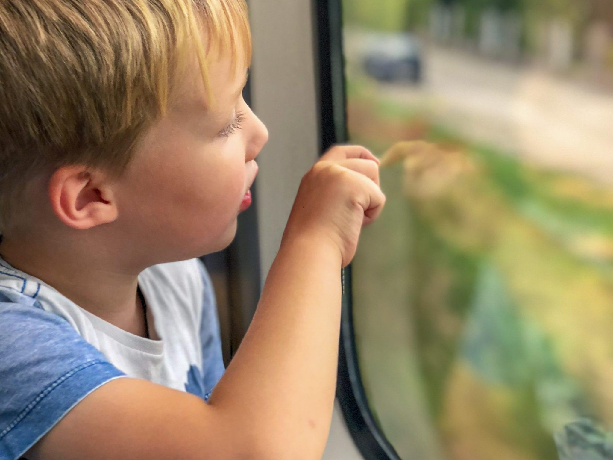 Kind sitzt im Zug und träumt | familiert.de