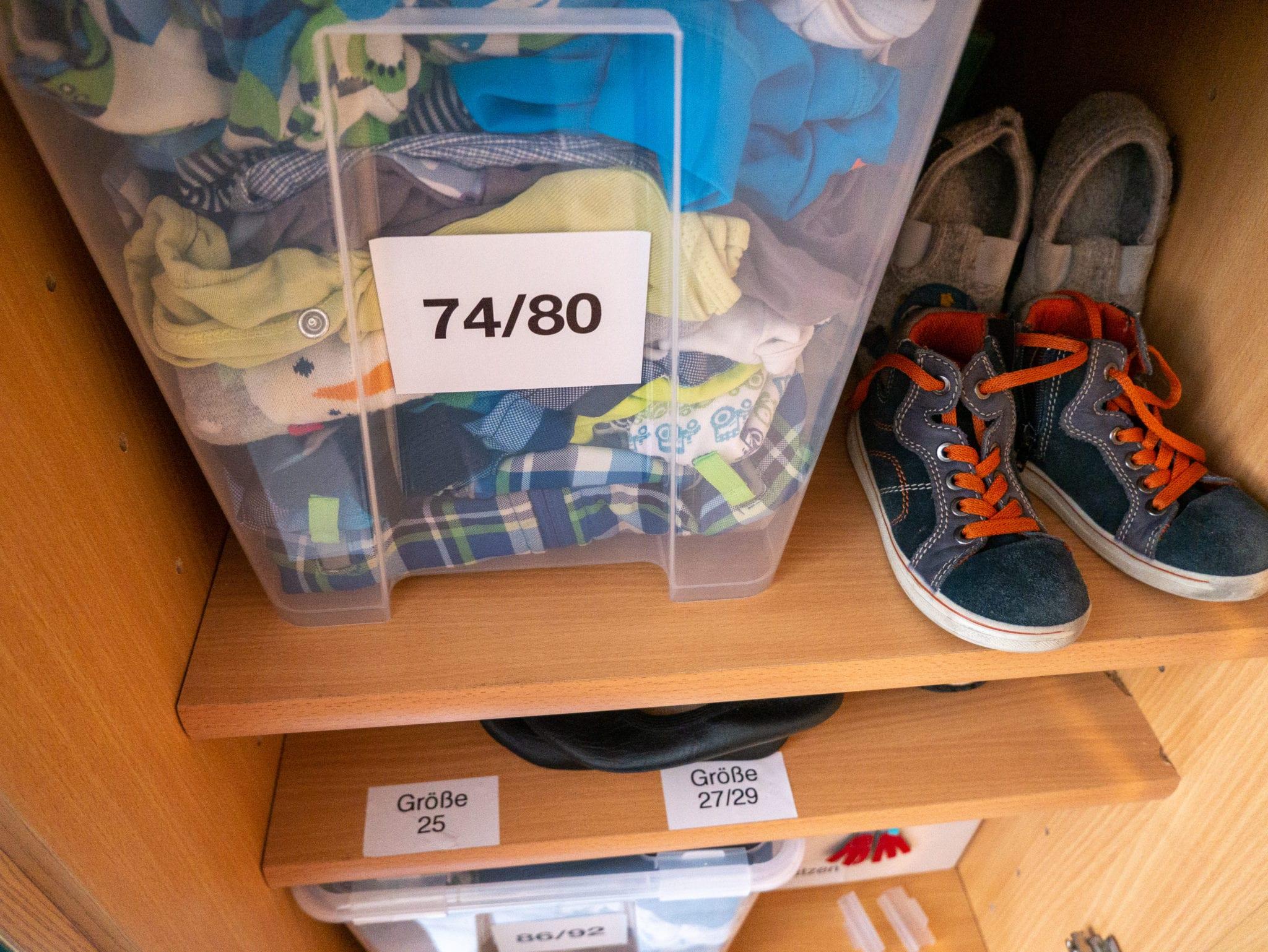 Kinderkleidung ordentlich aufbewahren | familiert.de